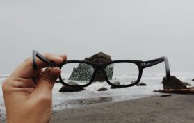 dietro a quegli occhiali